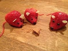 Adorable Animal Sculptures Made From Fruits And Vegetables (Photo Galery) Fruit Sculptures, Animal Sculptures, Horse Sculpture, Cute Fruit, Cute Food, Fruit And Veg, Fruits And Vegetables, Strawberry Mouse, Vegetable Animals
