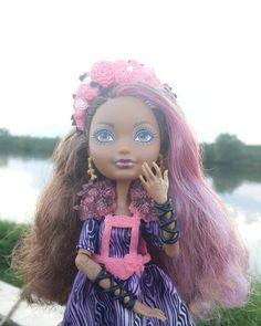 По-моему Кедре очень понравилось фотографирваться  на фоне пруда  #эверафтерхай #эвер #афтер #хай #кедравуд #кедра #вуд #маттел #кукла #everafterhigh #ever #after #high #cedarwood #cedar #wood #mattel #doll by skemita_and_her_friends