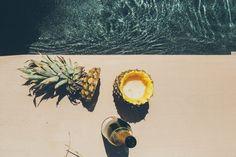 Tranquille au bord de la piscine #cool #summertime #fruit #pineapple