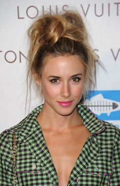 Gillian Zinser's Uber-Messy Top Hair Knot Hair styles Curly Hair Updo, Messy Bun Hairstyles, Summer Hairstyles, Diy Hairstyles, Pretty Hairstyles, Sport Hairstyles, Messy Updo, Messy Buns, Fringe Hairstyles