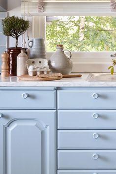 Fargen er en nøytral grå farge. Fargen er en ren lys nyanse med hint av blått. Fargen er kjølig og derav navnet som gir oss et inntrykk av kaldere strøk. #gråblå#greyblue#blue#kitchen#kjøkken#kjølig#sval#nøytral#kald#cold#farge#stue#livingroom#bad#bathroom#inspirasjon#inspiration#krukker#plante#fargekart#Fargerike Buffet, Ikea, Kitchens, Cabinet, Storage, Furniture, Home Decor, Poland, Clothes Stand