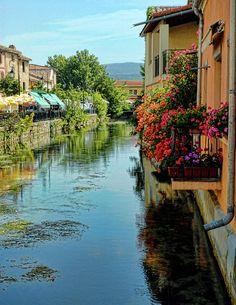 """L'Isle sur la Sorgue, Vaucluse, France. La ville tient sa renommée de ses nombreux canaux et roues à aube qui la parcourent. Surnommée la """"Venise comtadine"""", la ville possède un joli patrimoine historique et de magnifiques hôtels particuliers dont la Maison René Char. Par ailleurs, elle connaît une notoriété internationale par son grand nombre d'antiquaires et de galeries d'art."""