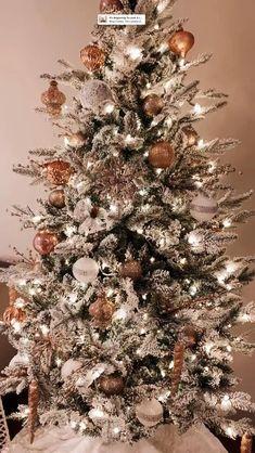 Flocked Christmas Trees Decorated, Black Christmas Trees, Ribbon On Christmas Tree, Christmas Gift Decorations, Christmas Tree Themes, Christmas Colors, Christmas Lights, Christmas Christmas, Simple Christmas
