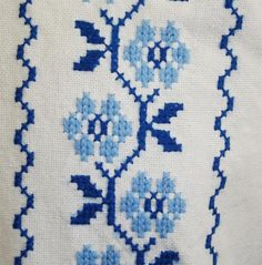 cusaturi romanesti Cross Stitch Boarders, Mini Cross Stitch, Cross Stitch Rose, Cross Stitch Flowers, Cross Stitch Charts, Cross Stitch Designs, Crewel Embroidery, Cross Stitch Embroidery, Embroidery Patterns