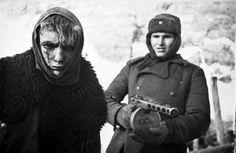 Мало кто видел эти редкие исторические фото. Советский солдат сопровождает германского военнопленного после победы в битве за Сталинград. Если на русского солдата надеть немецкую форму, то все будет выглядеть точно так же как нам показывают немецких солдат во время войны. Как люди любят обвинять целый нации в деяниях группы людей.