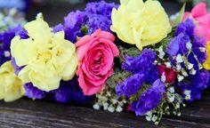 Ob für die nächste Hochzeit oder ein hippes Festival: Ein selbstgemachter Blumenkranz für die Haare ist das perfekte Accessoire für den Sommer. In unserem Video zeigen wir Ihnen, wie Sie Ihren Blumenschmuck für die Haare schnell und einfach selber binden.