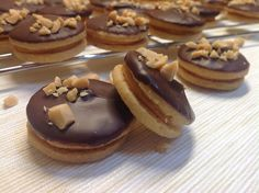 Peanut cookie with salted caramel / Arašídová kolečka se slaným karamelem Small Desserts, Sweet Desserts, Sweet Recipes, Baking Recipes, Cookie Recipes, Dessert Recipes, Gluten Free Xmas Baking, Czech Desserts, Traditional Christmas Cookies