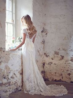 A-Line/Princess Sleeveless V-neck Lace Court Train Wedding Dresses