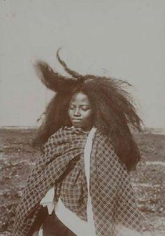 d-ici-et-d-ailleurs:  Jeune femme Merina (Madagascar), circa1880-1909      © Musée du quai Branly, photo Maurice Tessonniere.