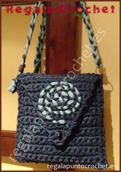 Bolso trapillo gris-azulado. Diseño original. #bolso #crochet tejido con #trapillo fino en color gris-azulado. Forrado por dentro. Cierre de botón. Para colgar al hombro. #RegalaPuntoCrochet #handmade