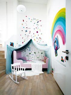 """Dětský pokoj má dvě úrovně – dole je místo na spaní, nahoře nad schody má malá Doris prostor na hraní i na hračky. Hračky do obývacího pokoje vtomto bytě nesmí. """"Vtom jsem 'kruťas',"""" říká Dorotea. Foto Róbert Žákovič - HOME"""