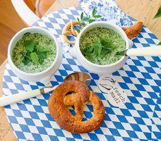 Suppen mit vielen frischen Kräutern sind in Bayern vor allem im Frühling sehr beliebt, werden aber auch im Sommer und Herbst angeboten. Kraut, Avocado Toast, Guacamole, Food And Drink, Mexican, Ethnic Recipes, Kitchens, Hamburger Patties, Popular