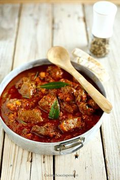 Italian food will be very important to you during and after your Italy vacation. Most people are usually surprised by the diversity of food in Italy Meat Recipes, Gourmet Recipes, Cooking Recipes, Veal Stew, Healthy Gourmet, Italian Meats, Israeli Food, Big Meals, Le Diner