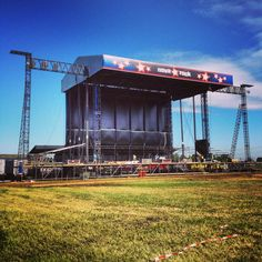 Aufbau - 12. Juni 2013 Rock Festivals, Juni, Marina Bay Sands, Nova, Fair Grounds, Building, Travel, Voyage, Buildings