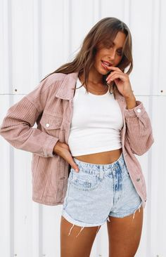 Pink Denim Jacket, Cropped Denim Jacket, Denim Jacket Outfit Summer, Summer Jacket, Jean Short Outfits, Jean Jacket Outfits, Oufits Casual, Cute Casual Outfits, Simple Outfits