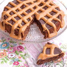 En riktigt klassisk chokladkaka med en modern twist: dulce de leche. Swedish Recipes, Banana Cream, Fika, Waffles, Cheesecake, Healthy Eating, Sweets, Breakfast, Desserts