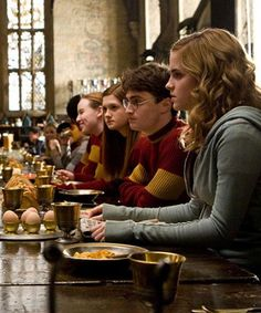 just me Harry, Hermione & Ginny - Hogwarts - Gryffindor - Harry Potter Harry Potter World, Mundo Harry Potter, Harry James Potter, Harry Potter Universal, Harry And Hermione, Hermione Granger, Bonnie Wright, Gina Weasley, Fans D'harry Potter