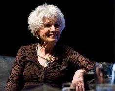 Alice Munro, Premio Nobel de Literatura 2013: http://www.muyinteresante.es/historia/fotos/fotos-mujeres-nobel-mujeres-han-conseguido-prestigioso-premio/alice-munro