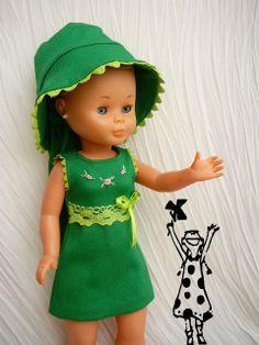 Ya solo queda el vestido sin gorrito , pero lleva un lacito para el pelo Vestidos Nancy, Nancy Doll, Dolls, Dresses, Fashion, Colourful Art, Doll Dresses, Dressmaking, Hair Bows
