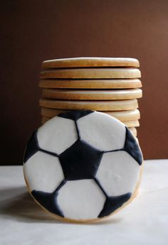 Soccer Ball cookies for Jamie's birthday party Soccer Treats, Soccer Cookies, Soccer Cupcakes, Soccer Snacks, Soccer Cake Pops, Baseball Desserts, Soccer Games, Iced Cookies, Royal Icing Cookies