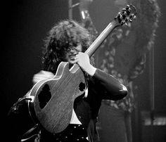 Jimmy Page in Detroit, 1975. 📷 Michael Brennan