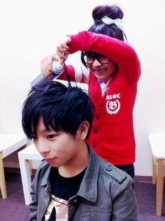 Ririri(りりり) helping Aoi(あおい) with his hair