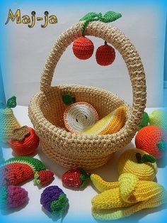 вязаная крючком корзинка с 18 разными фруктами-ягодками. Приятного аппетита!цена 2000 рублей