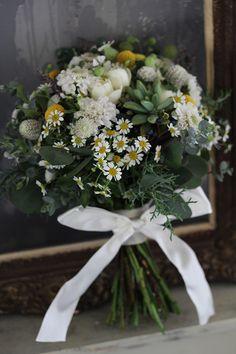 野の花と多肉植物のナチュラルクラッチブーケ [ CAFE HAUS 様 ] マトリカリアやローズマリーなどのハーブをたっぷり使ったブーケです。 wedding,clutch bouquet,natural,white,green,matricaria,succulent plants