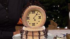 Her ses den hemmelige udfordring, som er et kransekage-ur med chokoladesnirkler