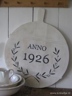 "Oude broodplank, beschilderd in eigen atelier ""Anno 1926"""