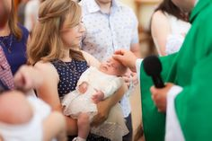 Ein berührendes Lied mit einer Segensbotschaft oder einem Wunsch für das Taufkind macht die Feier besonders. Ideen für moderne Lieder zur Taufe.