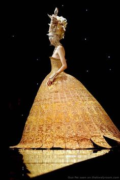 A structured gold dress fit for Queen. Queen Nefertiti, that is. by Guo Pei, China's Avant Garde Fashion Designer. Fashion Moda, Look Fashion, Fashion Art, High Fashion, Fashion Beauty, Fashion Design, Fashion Studio, Egypt Fashion, Couture Mode