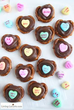 Conversation Heart Chocolate Pretzels are an easy dessert for Valentine's Day school parties or gifts! Kids will love picking out their favorite candy saying. day gift boyfriend day gift girl day gift him day gift ideas day gift kids day gift teacher Valentine Desserts, Valentines Healthy Snacks, Valentines Day Chocolates, Valentines Day Treats, Valentine Cookies, Holiday Treats, Kids Valentines, Valentine Food Ideas, Valentines Baking