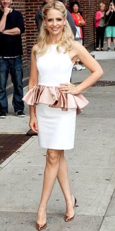Sarah Michelle Gellar wore a white sleeveless dress with a rose gold peplum and rose gold Stuart Weitzman pumps.