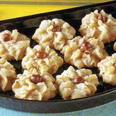 Nussrosen, Nusstaler und Keksblüten Nussrosen, Nusstaler und gefüllte Keksblüten mit Haselnüssen und Schokolade sind drei Plätzchensorten, die auf keinem Weihnachtsteller fehlen dürfen. Gefüllte Keksblüten: Schokolade versteckt sich nicht nur im Teig, die Plätzchen haben zusätzlich noch eine Schokoladenfüllung. http://www.schlemmereckchen.de/nussrosen/
