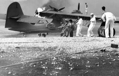 Sailors at Naval Air Station (NAS) Kaneohe, Hawaii, attempt to salvage a burning PBY Catalina in the aftermath of the Japanese attack on Pearl Harbor. Pearl Harbor Hawaii, Pearl Harbor Attack, Remember Pearl Harbor, Rare Historical Photos, Imperial Japanese Navy, Navy Sailor, Naval, Flying Boat, Belle Photo