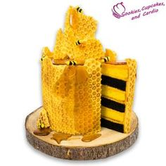 How to make a honeycomb bee cake How to make a honeycomb bee cak. - How to make a honeycomb bee cake How to make a honeycomb bee cake Best Picture For - Honeycomb Recipe, Honeycomb Candy, Cookies Cupcakes And Cardio, Cupcake Cookies, Candy Dispenser, Candy Melts, Hard Candy, Fudge, Unicorn Food