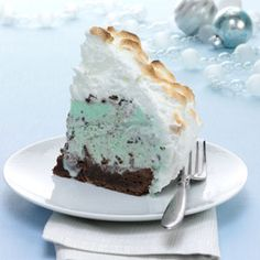 Grasshopper Baked Alaska Recipe -Can you believe it? This stunning dessert is completely make ahead, including the meringue. All you need to do is bake it for a few minutes in the oven before serving.—Taste of Home Test Kitchen, Milwaukee, Wisconsin Köstliche Desserts, Frozen Desserts, Frozen Treats, Delicious Desserts, Dessert Recipes, Marshmallow Creme, Taste Of Home, Meringue, Baked Alaska Recipe