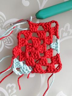 crochet along terray, tertia, cal, deken Crochet Heart Blanket, Granny Square Crochet Pattern, Crochet Stitches, Crochet Hooks, Knit Crochet, Crochet Patterns, Heart Granny Square, Doll Carrier, Heart Patterns