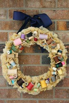 O Natal está chegando! Confira 10 lindas ideias de guirlanda com o tema costura! Amantes de carretéis, linhas e botões vão adorar ;)