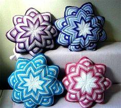 Learn easy to do this crochet-yarn cushion Crochet Afghans, Crochet Stars, Crochet Cushions, Crochet Pillow, Love Crochet, Crochet Flowers, Crochet Stitches, Knit Crochet, Crochet Patterns