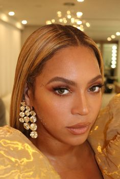 Beyonce gives a behind-the-scenes look from the Golden Globes Estilo Beyonce, Beyonce Style, Beyonce Knowles Carter, Beyonce And Jay Z, Beyonce Makeup, Halo Beyonce, Beyonce Body, Beyonce Beyonce, Beauty Makeup