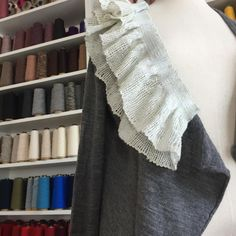 先日織ったフリルを、ニットに取り付けてみます。  #saoriweaving #saori #さをり織り #さをり #手織り #weaving #woven #handwoven #ウール #wool #フリル #ニット