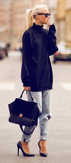 Een baggy model met brede trui, maar wel in combinatie met elegante hakken.