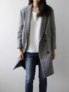 きれいめのシルエットのコートでも、ジーンズに白のカットソーというカジュアルな服装にもぴったり。グレーは汎用性が高いことも嬉しいポイントです。
