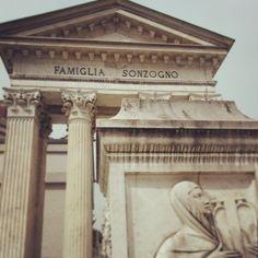 Un omaggio alla storia greca per Edicola Sonzogno. Ricorda la grande famiglia fondatrice dell'omonima casa editrice che fece scoprire i talenti della musica pubblicando i loro libretti.