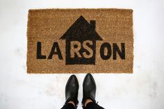 Make your own personalized door mat (click through for tutorial)   Covor de intrare personalizat