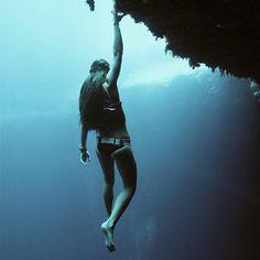 コロンビア第二の都市、メデジンに暮らす24歳の Sofía Gómez Uribe (@sofigomezu) さんは息を深く吸い込み、人魚のように水中へ潜る。彼女は素潜りのパンアメリカン記録を3つも持っている。素潜りは別名フリーダイビングともいい、ダイビング用具に頼ることなく一息で海の深みへ潜っていく立派なスポーツ種目だ。「フリーダイビングは私の情熱そのものです。私の生活の全てであり、毎朝起きて頑張ろうという希望を与えてくれるものです」6年前に水泳トレーニングの一環として始め、今では海を我が家のように落ち着く場所と感じるようになった。「水中では自由に動き回り、平和で幸福な時間を過ごせるんです。水の中では一人きりで、とても美しい孤独感です」次なる課題は世界記録保持者になること。「フリーダイビングは、自分の強さと弱さを知ることを教えてくれました。自分の限界を克服し、日々前進するのみです」 Photo of @sofigomezu by @johnnydeep110