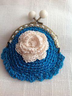 Monedero azul con rosa blanca .  #Monedero #ganchillo