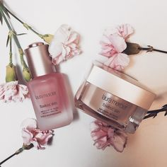 For radiant and dewy skin, always take the time to treat your face before you apply makeup. Dewy Skin, Flawless Skin, How To Apply Makeup, Treat Yourself, Perfume Bottles, Hair Beauty, Rose, Blush, Skin Care